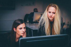 kobiety składające wniosek kredytowy na komputerze